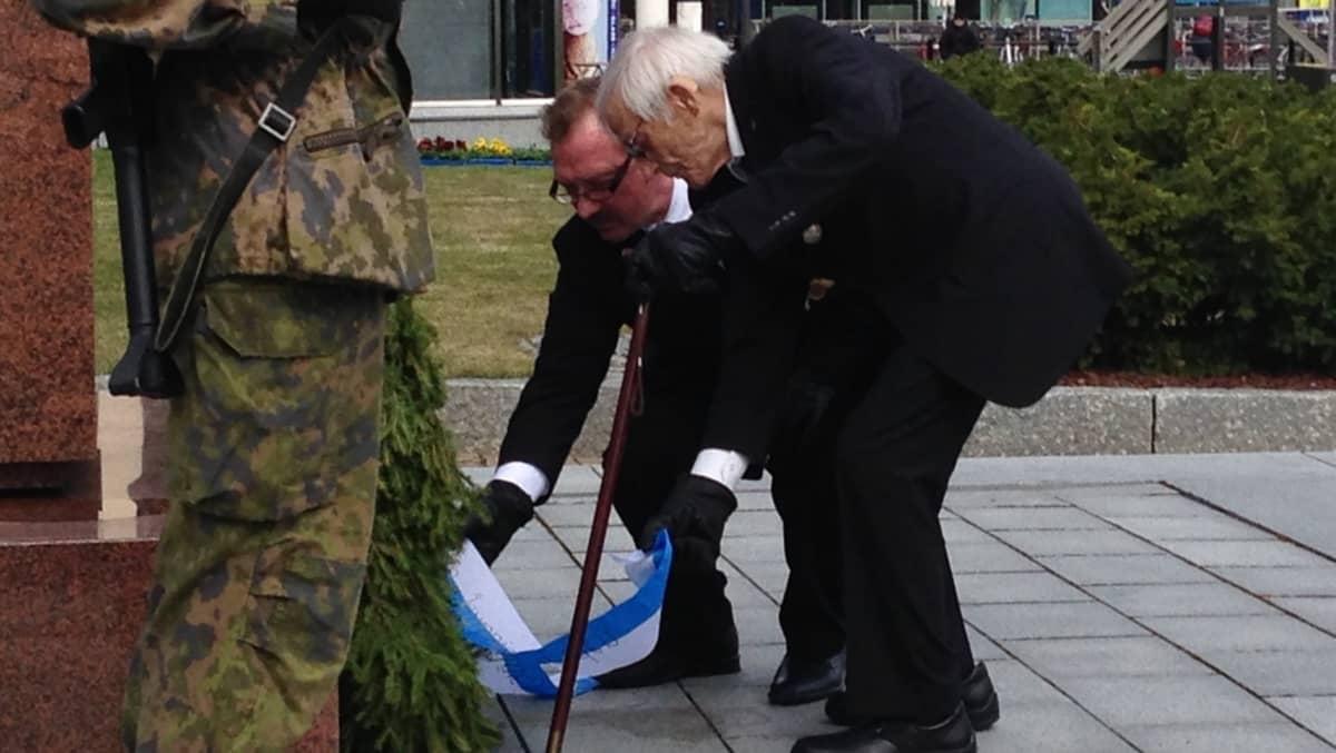 Suur-Savon reserviläispiirin puheenjohtaja Raimo Mikkonen ja veteraani Hannes Hynönen.
