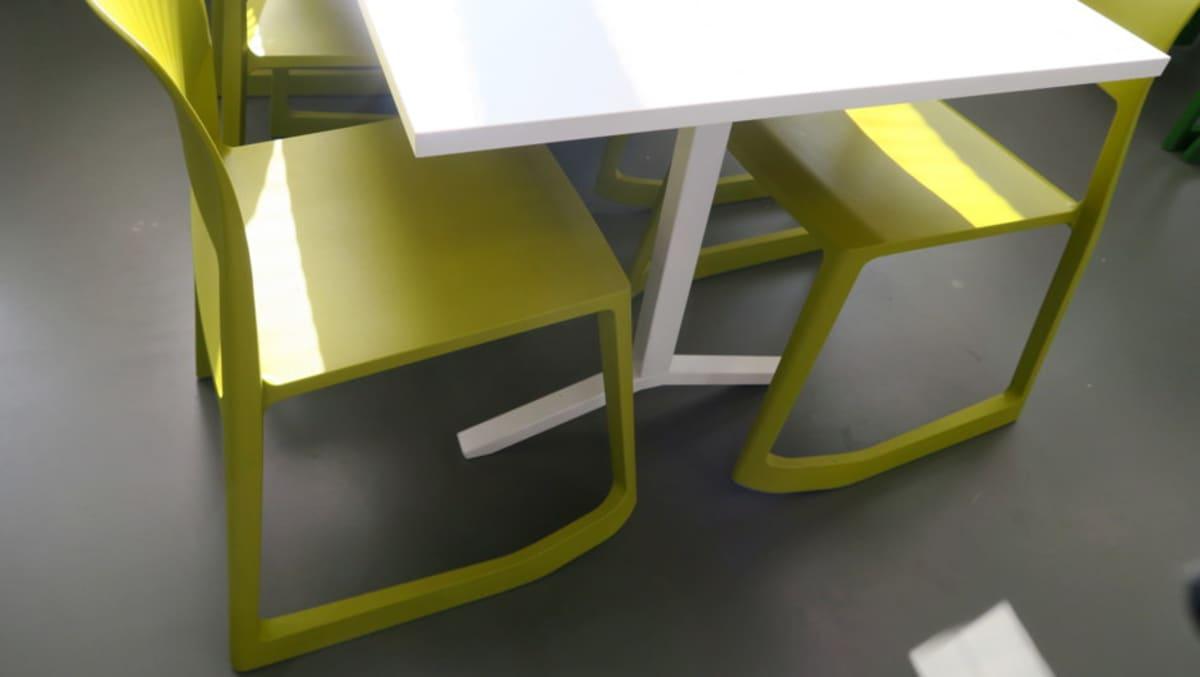 Koulun ruokalan tuolit pöydän ääressä