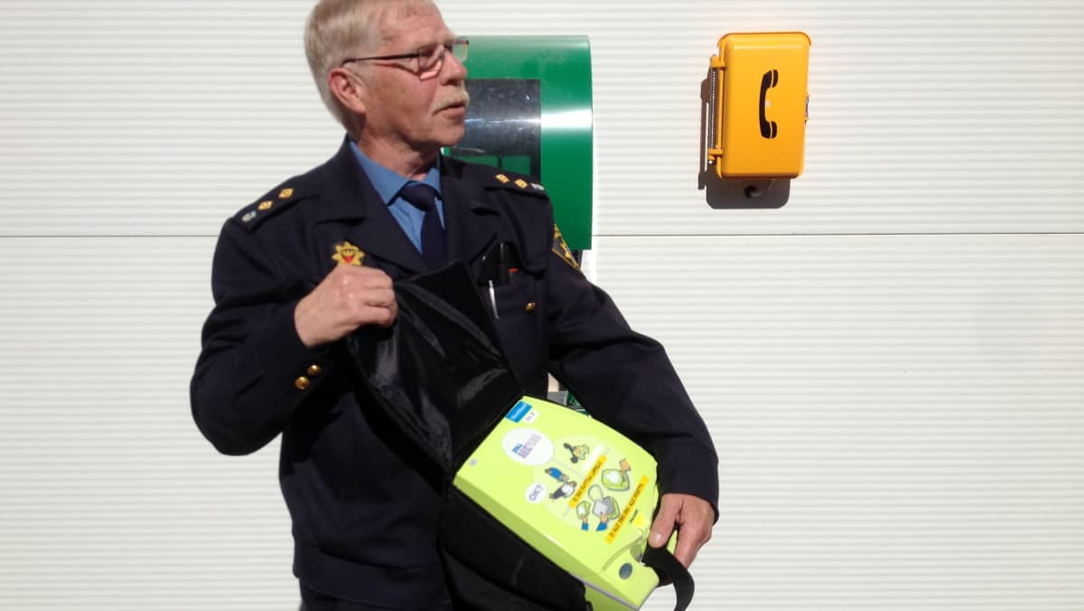 Jukka Viipuri esittelee defibrilaattoria.