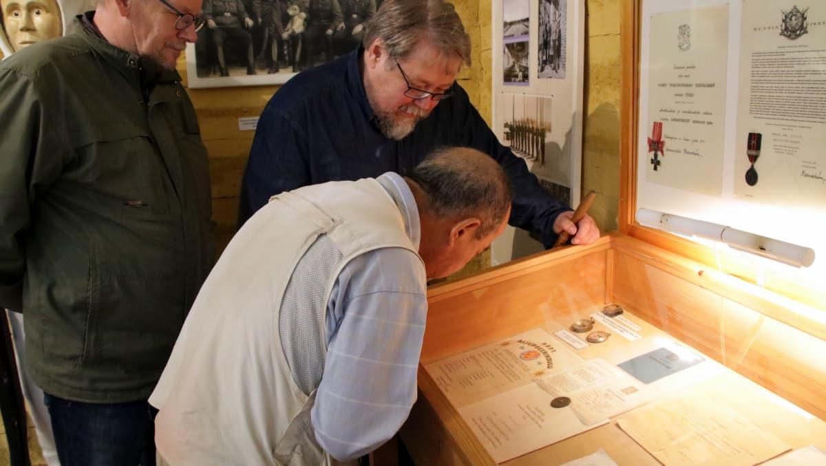 Masatoshi Sasayama katselee museossa