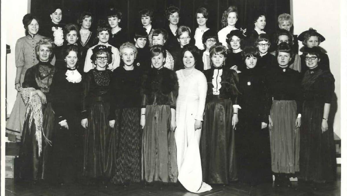 Joensuun tyttölyseon vanhojen tanssijat vuonna 1966.