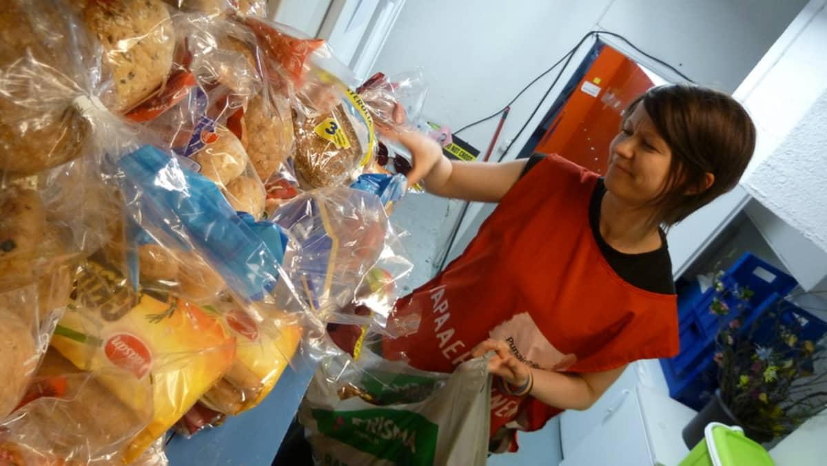 SPR vapaaehtoistyöntekijä Sanna Tuorila kerää ruoka-apukassia