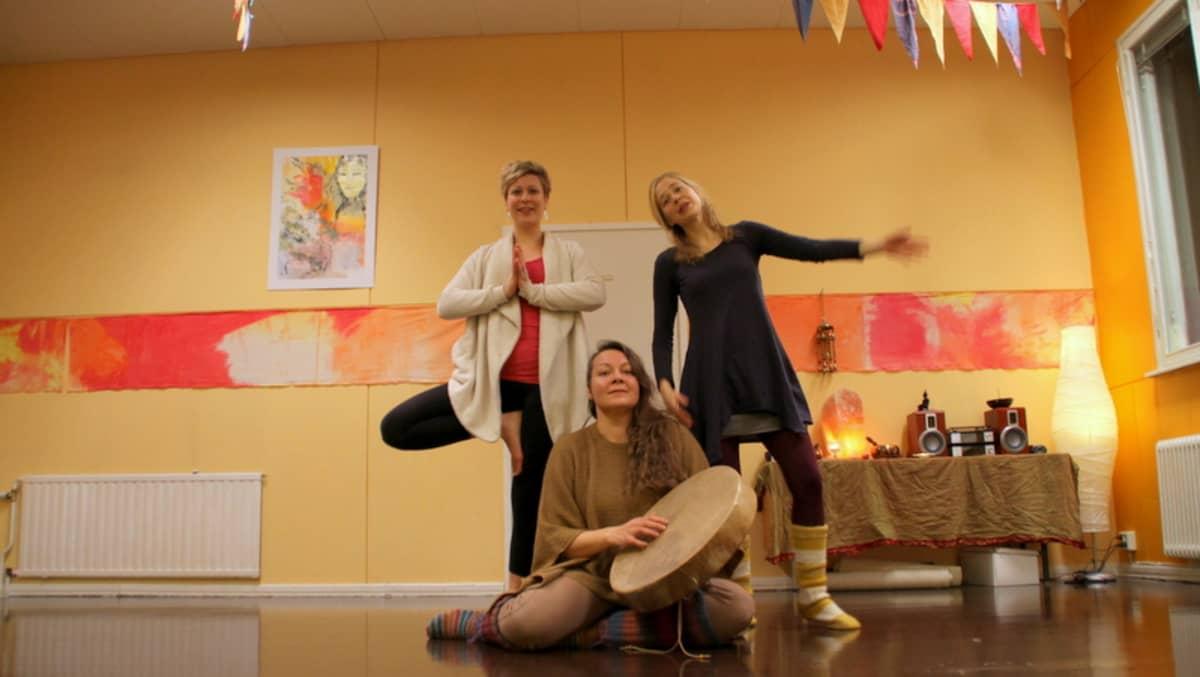 Satu Malinen, Dalva Lamminmäki ja Ilona Tapanainen esittelevät omia alojaan. Malinen vetää joogaa, Lamminmäki rumpupiiriä ja Tapanainen tanssi- ja liiketerapeuttista ryhmää.