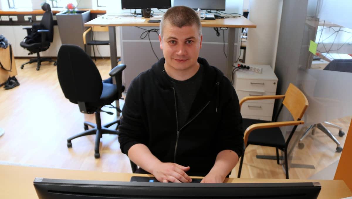 Joensuulainen ohjelmistokehittäjä Santtu Åkerman.