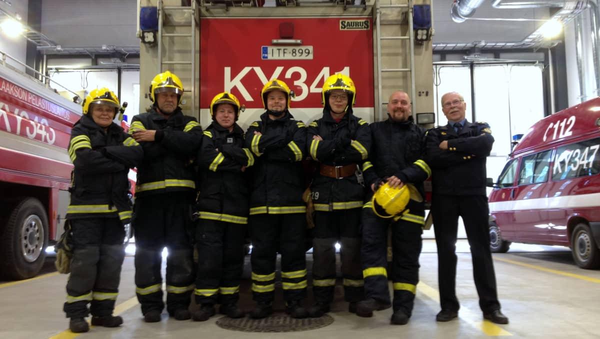 Miehikkälän palokunnan vapaaehtoisia. Vasemmalta Riitta Viipuri, Juha Hakala, Taneli Peltola, Simo Viipuri, Antti Vanhala, Jarmo Ylä-Kotola ja Jukka Viipuri.