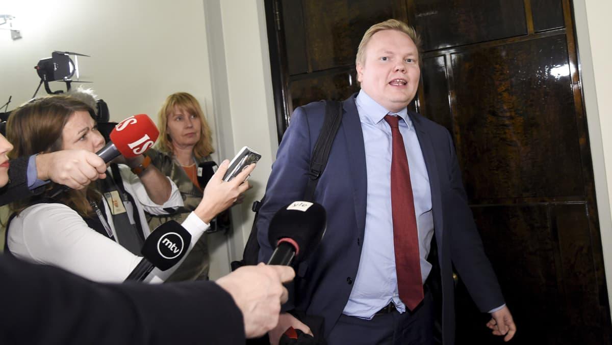 Eduskunnan perustuslakivaliokunnan jäsen, keskustan Antti Kurvinen poistui valiokunnan ylimääräisestä  sote-kokouksesta eduskunnassa Helsingissä maanantai-iltana 11. helmikuuta.