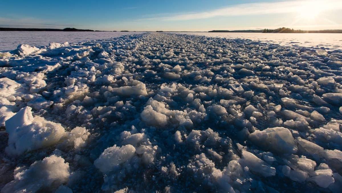 Syväväylä Taipalsaaren Päihänniemessä on jäässä, kun kanava on talvitauolla. Jäälläkulkevien tulee varoa varsinkin ajoneuvoilla liikuttaessa poikkeuksellisen suuria epätasaisuuksia.