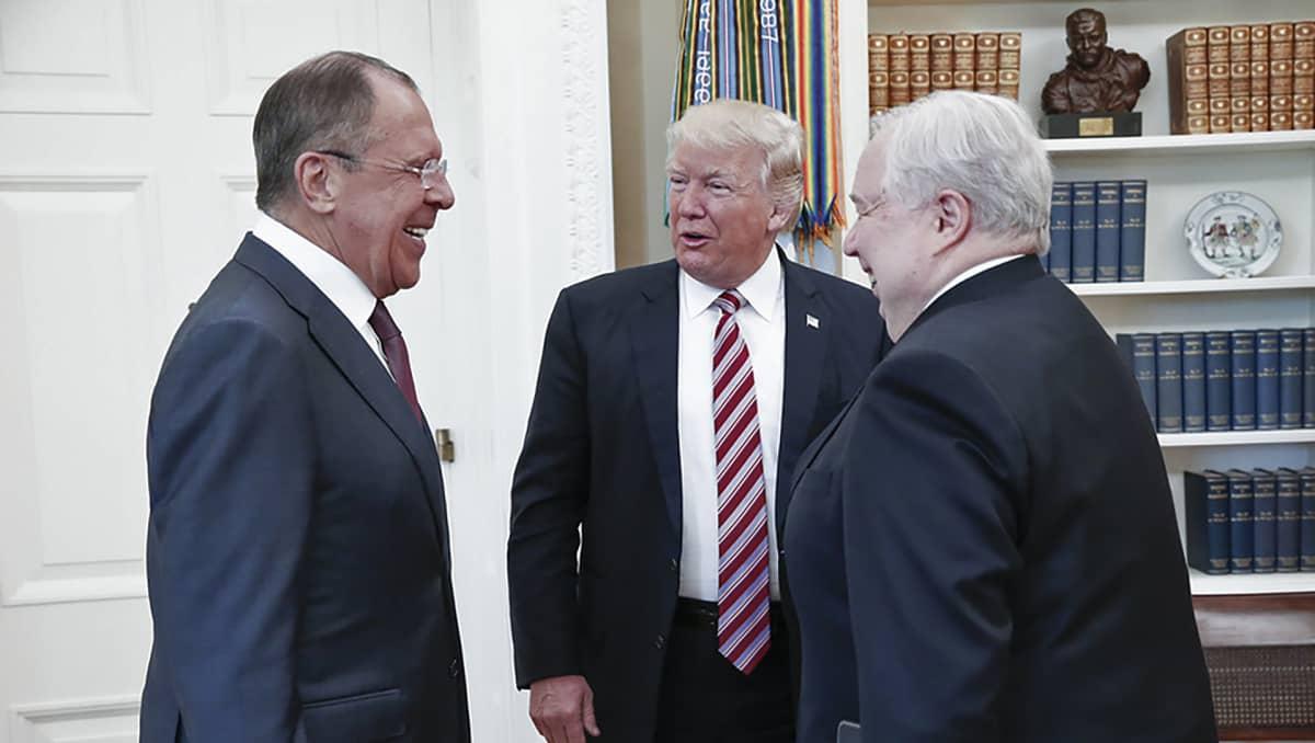Venäjän ulkoministeri Sergei Lavrov, suurlähettiläs Sergei Kisljak ja presidentti Donald Trump keskustelevat.