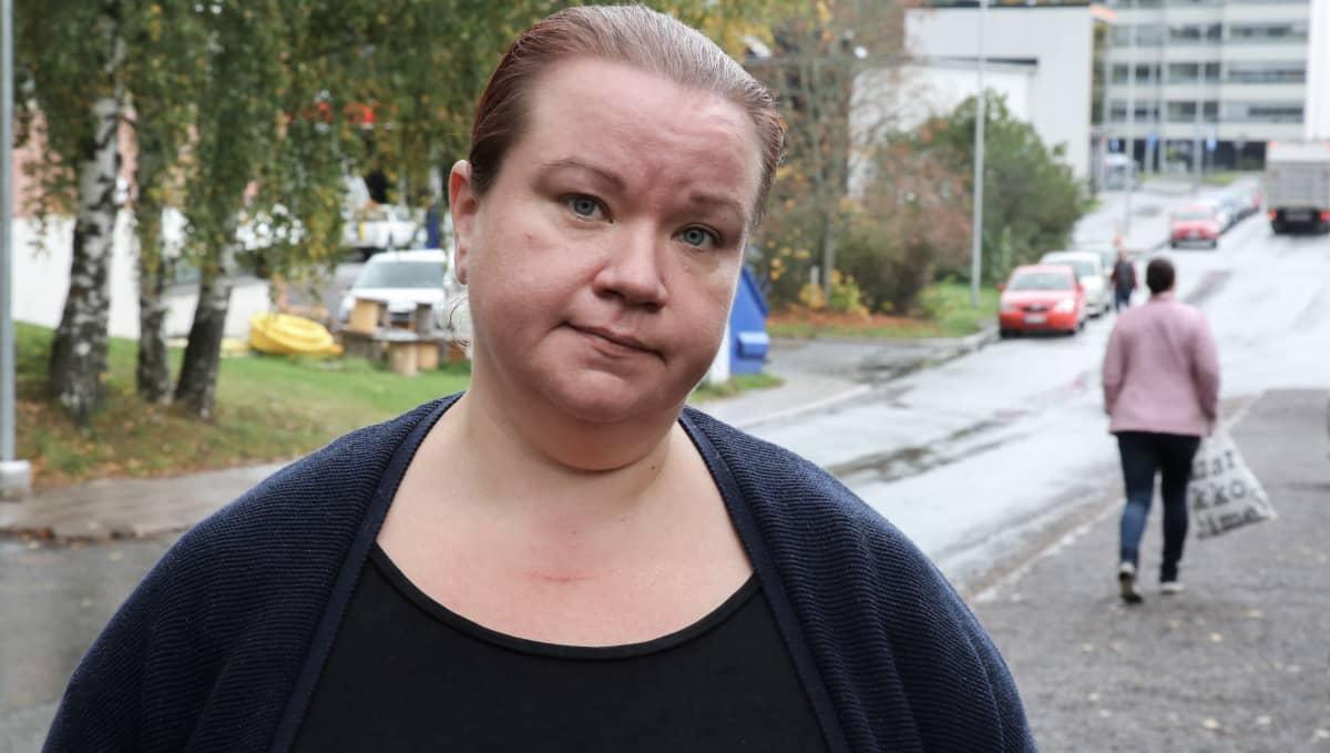 Piikkiöläinen Linda Tahvanainen kiittelee avustusjärjestöjä ja kirkkoa siitä, että apua saa, kun on tiukkaa rahan kanssa.