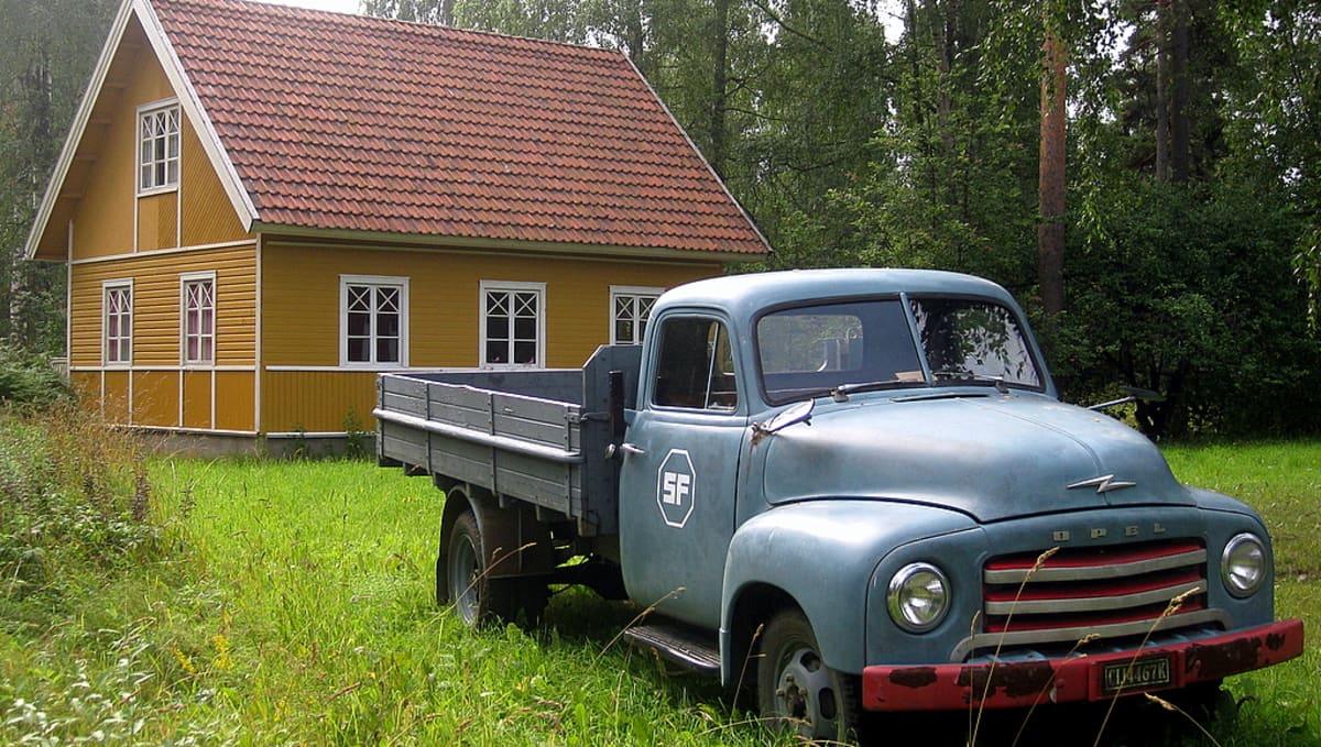 Vanha kaunokainen kuorma-auto Miikkulan maisemissa SF-Filmikylässä.