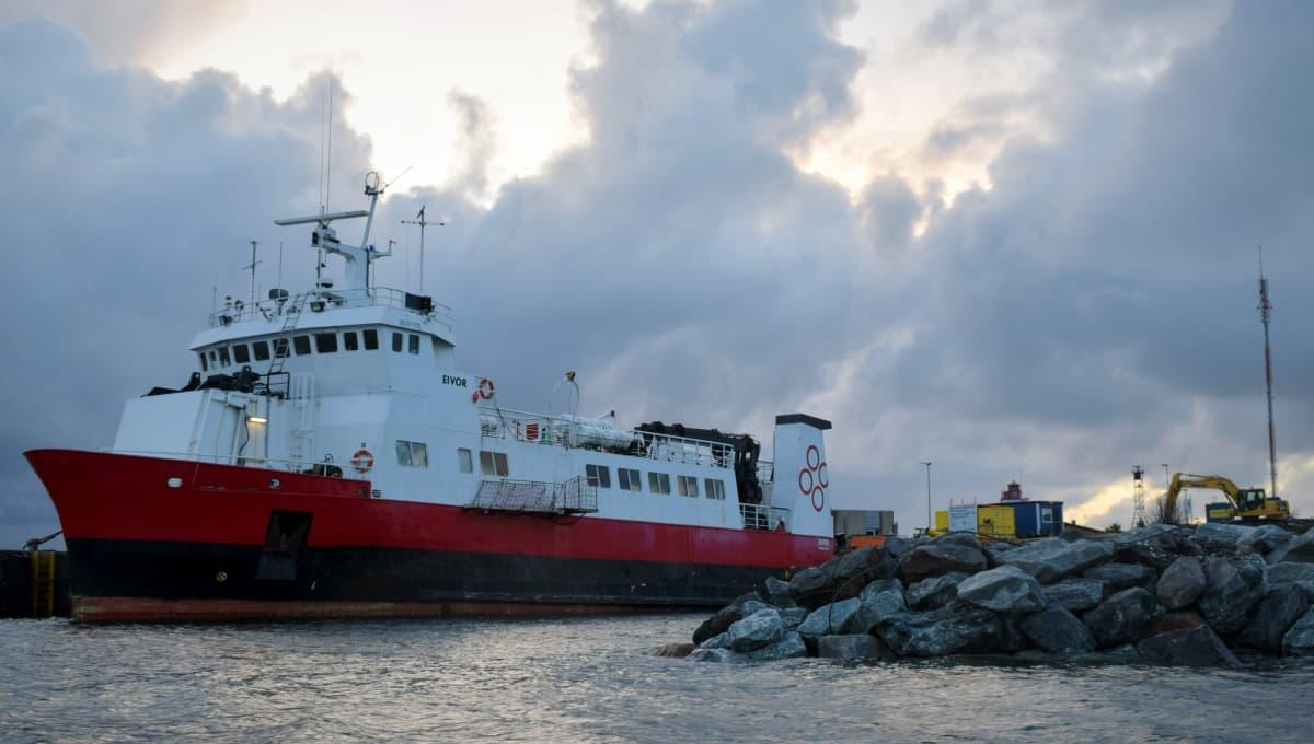 Utöhön liikennöi yhteysalus M/S Eivor. Laiva palveli aiemmin Islannissa Baldur-nimisenä.