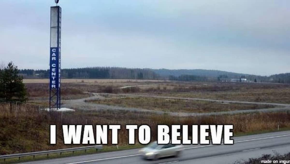 Meemi Sunny Car Centeristä tekstillä I want to believe