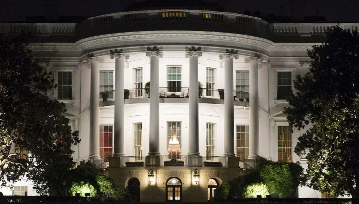 Valkoinen talo yövalaistuksessa