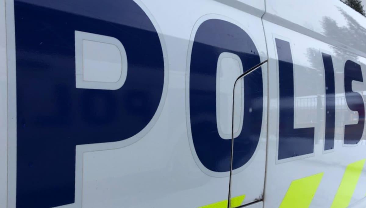Poliisi-teksti poliisiauton kyljessä.