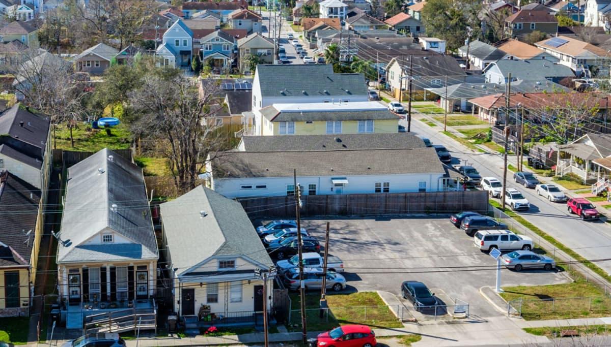 New Orleansin talojaja alueen poikki kulkeva autotie.