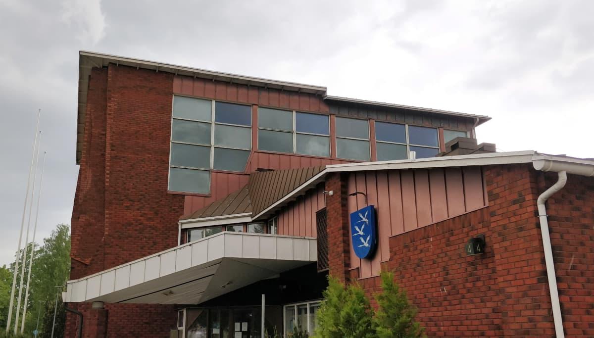 Äänekosken kaupungintalon seinässä kaupungin vaakuna.
