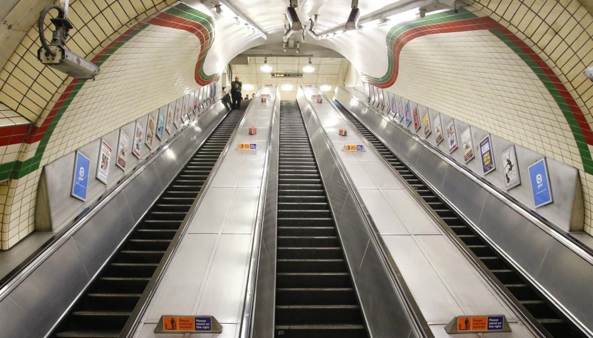 Piccadily Circuksen tyhjä metroasema Lontoossa