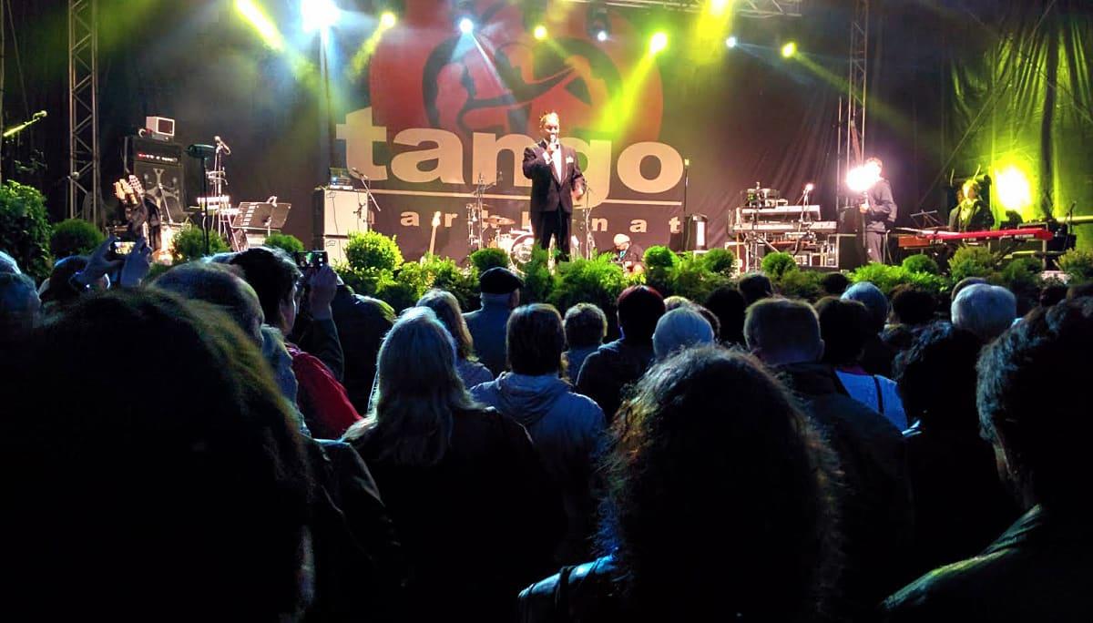 Yleisöä tangolaulukilpailun kuningasfinaalissa Seinäjoen tangomarkkinoilla. Tangokuningas Marco Lundberg esiintyy kruunaamisensa jälkeen.