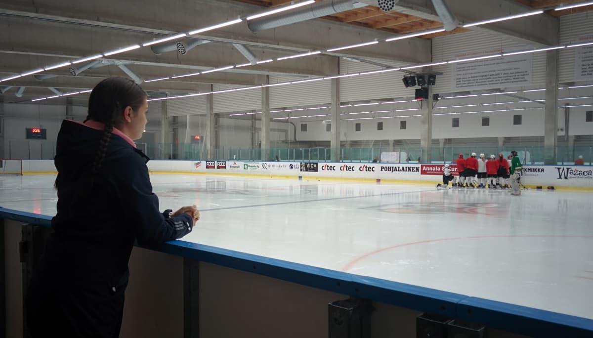 Noora Mylläri on joukkueen mukana avustavan valmentajan tehtävissä.