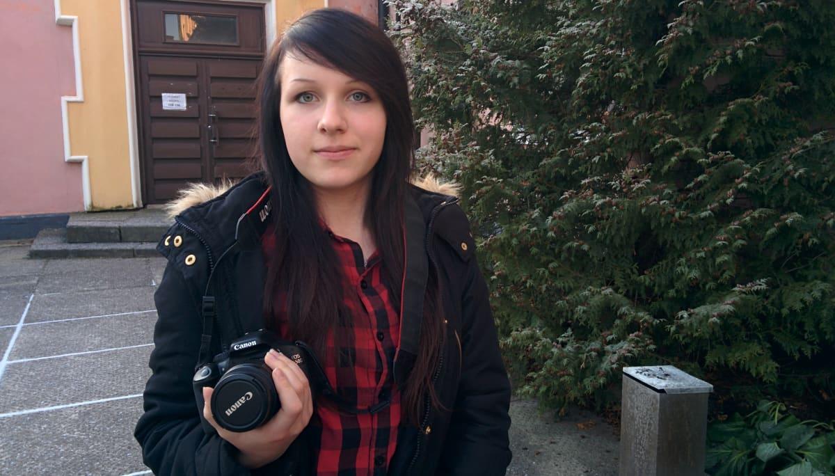 Media-assistentti Kaisa-Marja Kokko valokuvaa ja taittaa Mamulandian sanomat.