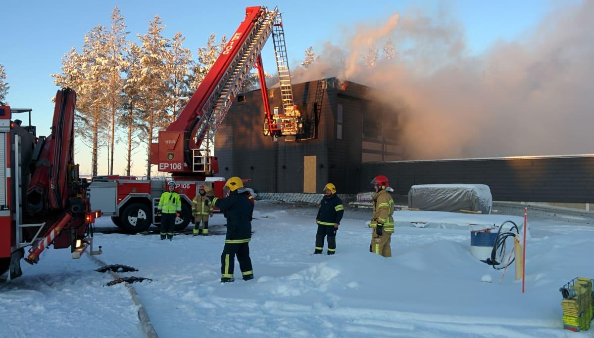 Tuli tuhosi rakenteilla olleen, hirsisen asuntomessutalon Seinäjoella.