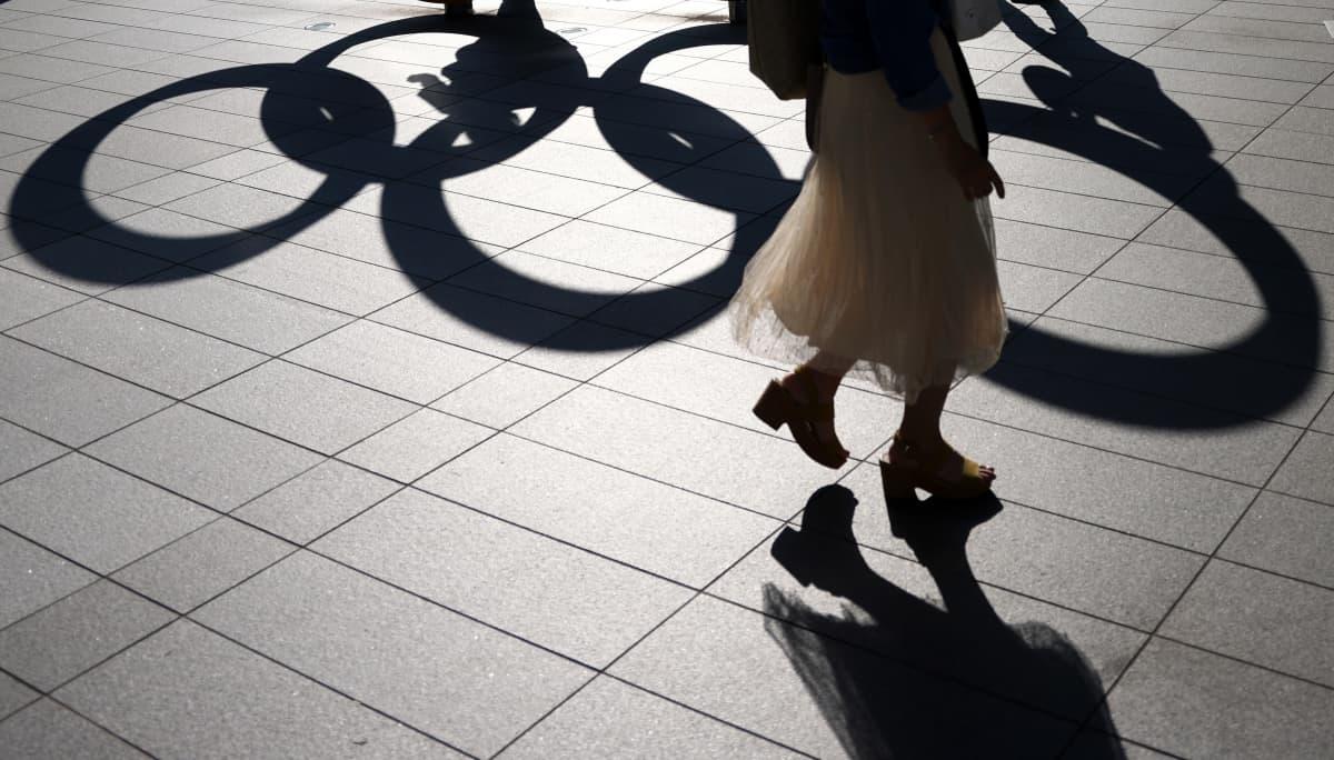 Tokio 2020 olympialaisten renkaiden varjo.
