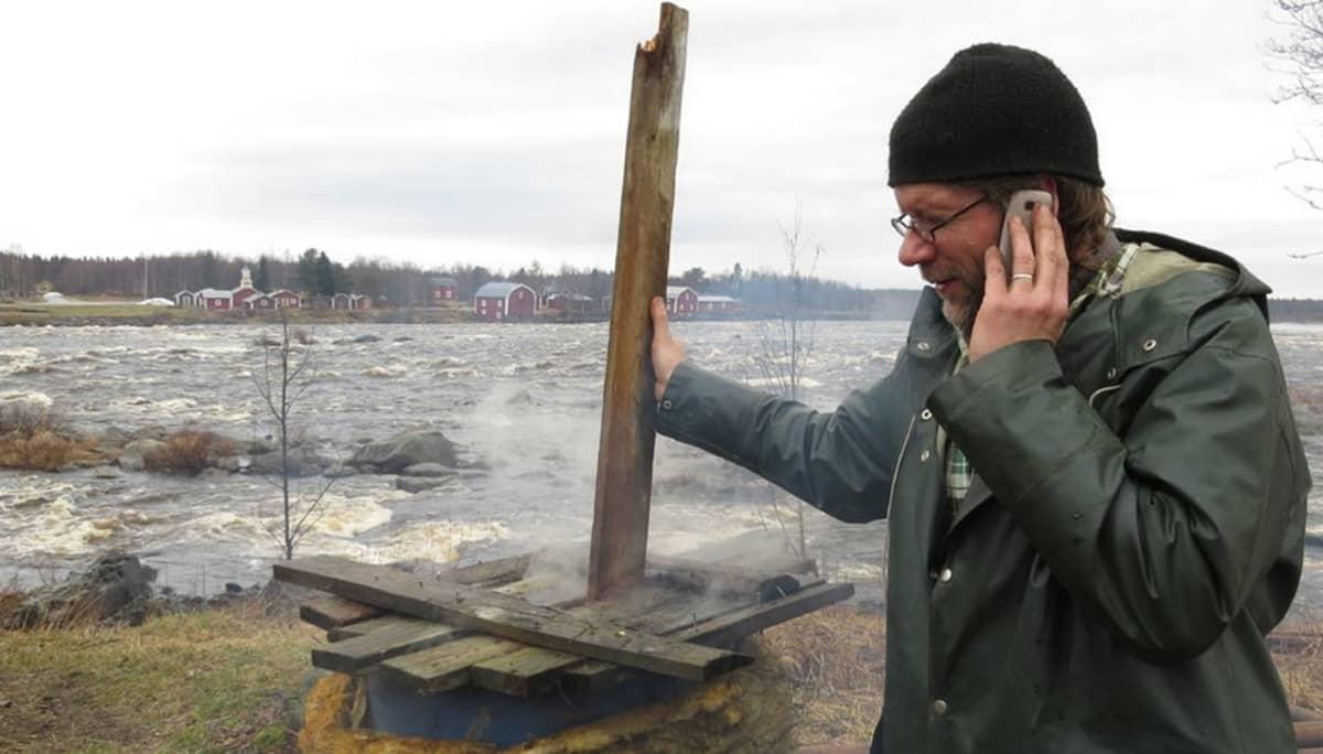 Petri Leinonen sekoittaa punamultapataa kännykkä korvalla.