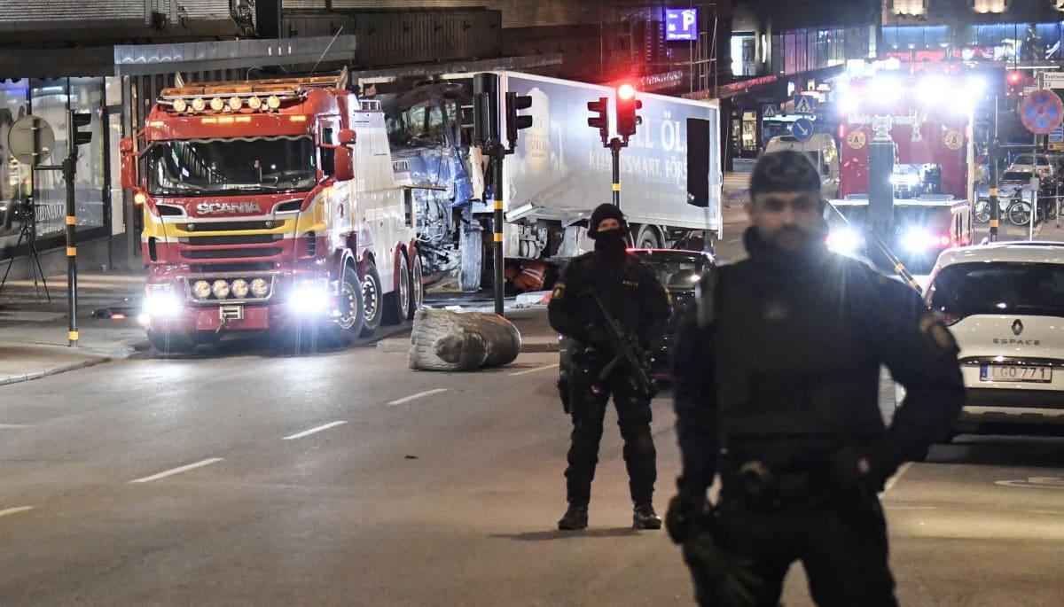 Poliiseja Ruotsin terrori-iskun tapahtumapaikalla