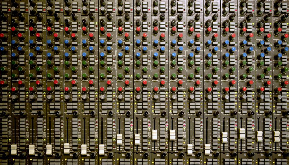 Analoginen äänimiksauspöytä Astia-studiolla.