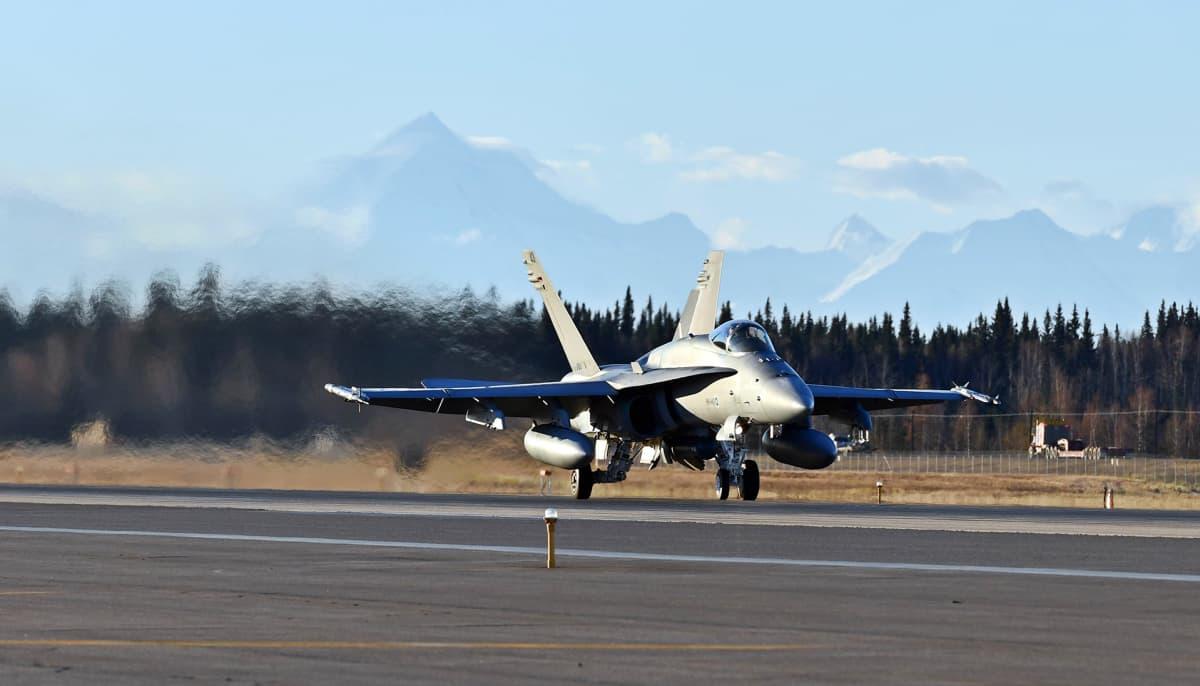 Suomen Hornetit nousevat ilmaan Eielsonin tukikohdasta Alaskasta Red Flag -tehtävälle.