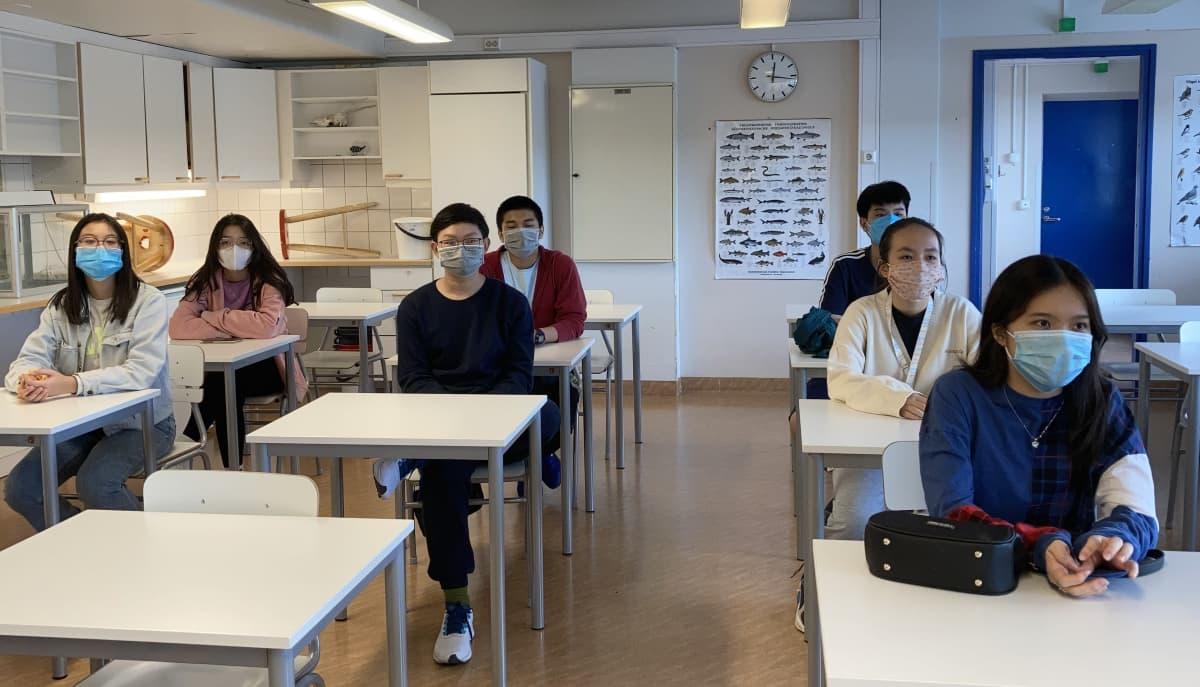 Suomeen lukiokoulutukseen tulleet vietnamilaiset istuvat luokkahuoneessa Sallan lukiossa