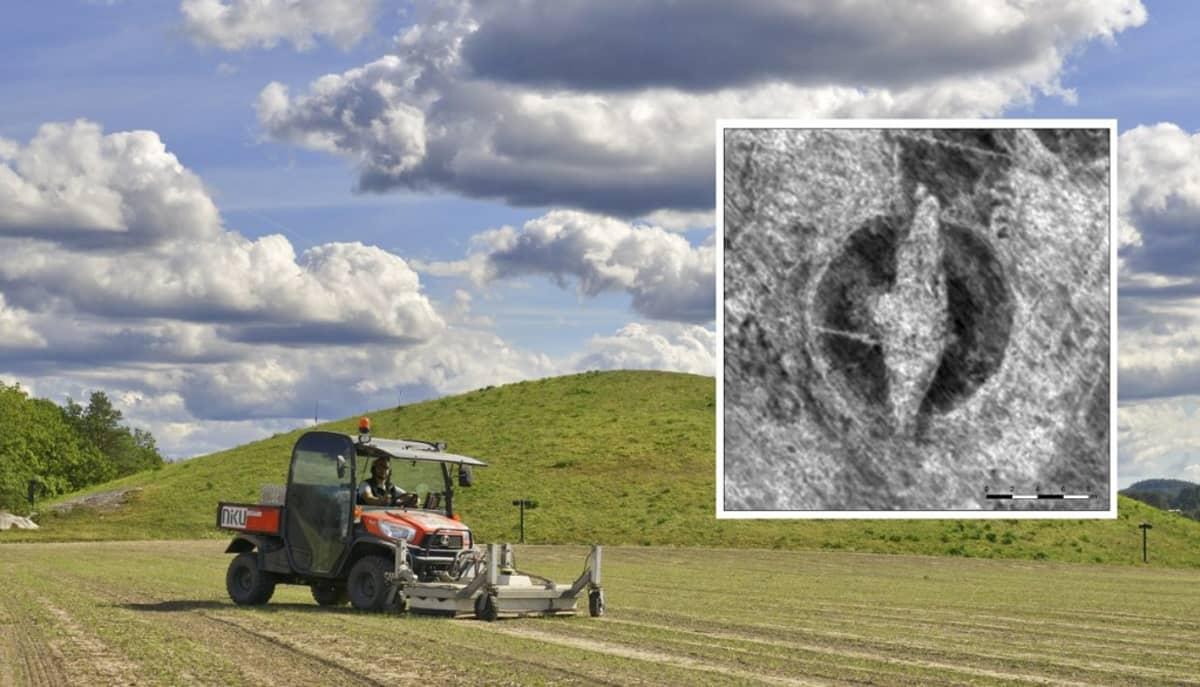 Trektori pellolla, takana korkea kumpu. Kuvaan on upotettu maautkalla otettu kuva, jossa näkyy viikinkilaivan muotoinen alue.