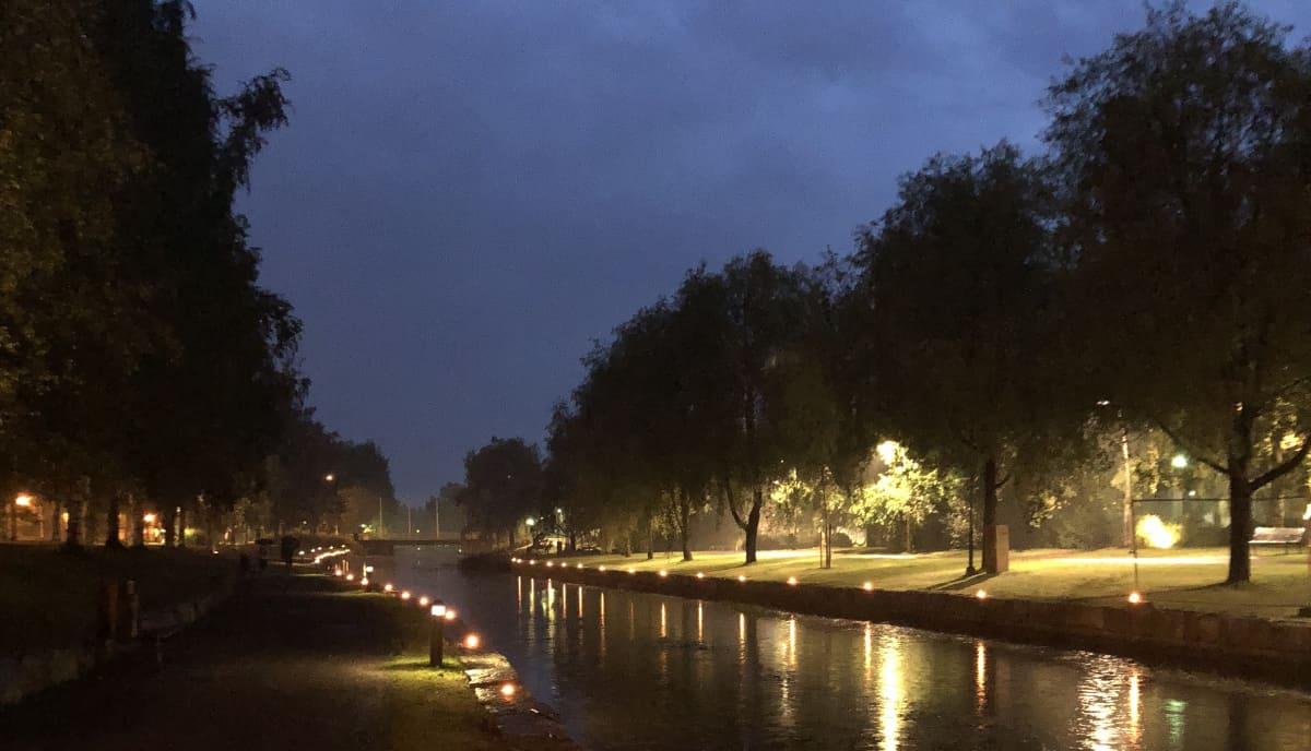 Kuvassa kaupunginsalmi, joka on valaistu ulkotulin