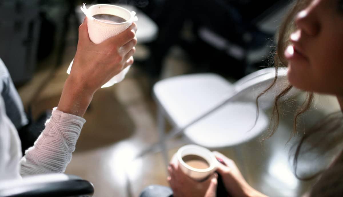 Nuoret naiset juovat kahvia Kaliforniassa.
