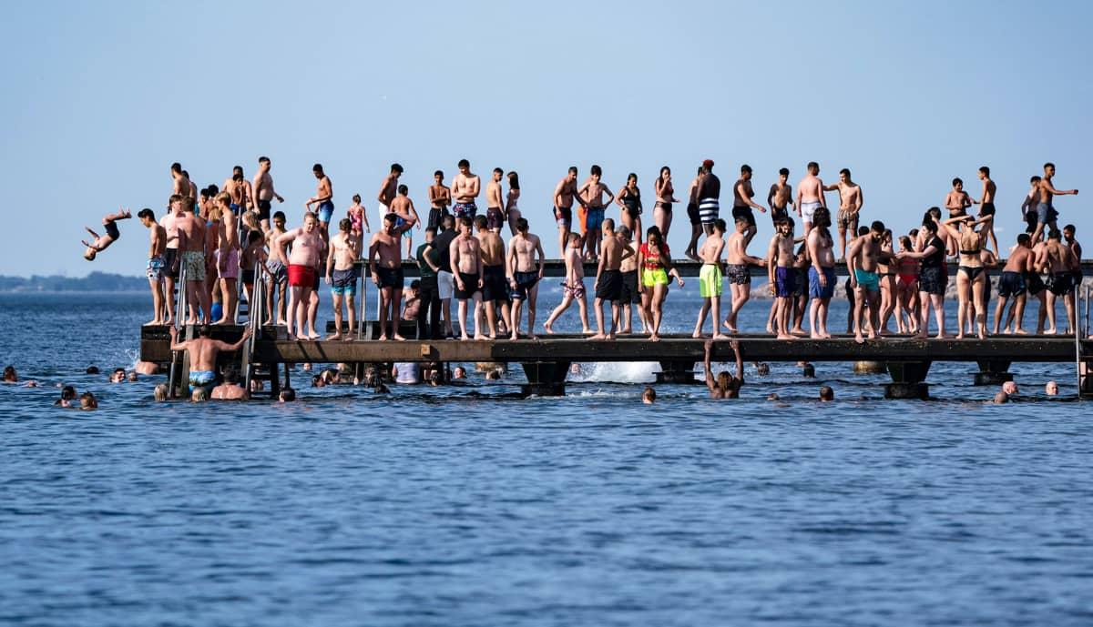 Ihmisiä seisomassa tiiviisti laiturilla Ruotsissa.