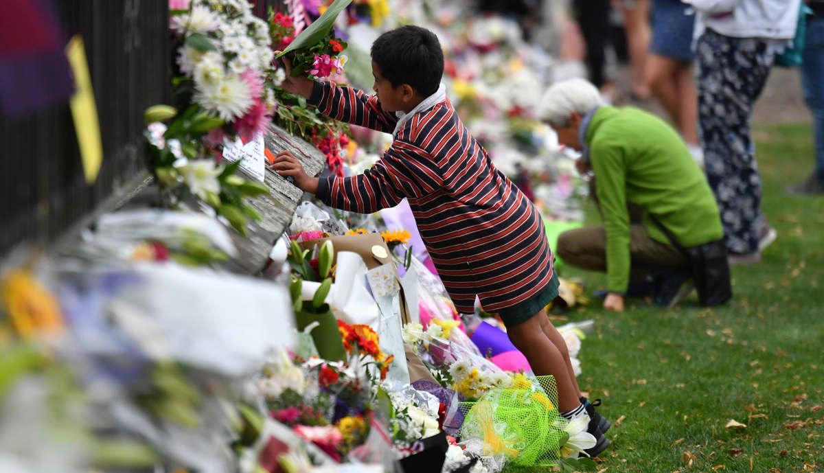 Asukkaat tuovat muistoviestejä ja kukkia terrori-iskun uhreille.