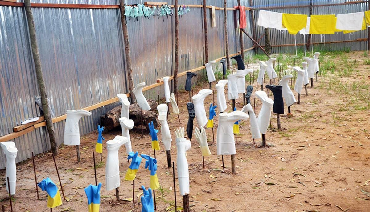 24. heinäkuuta otetussa valokuvassa näkyy erilaisia suojavälineitä, kuten saappaita, hanskoja ja suojanaamareita, joita on käytetty Monrovian sairaalassa Liberiassa.