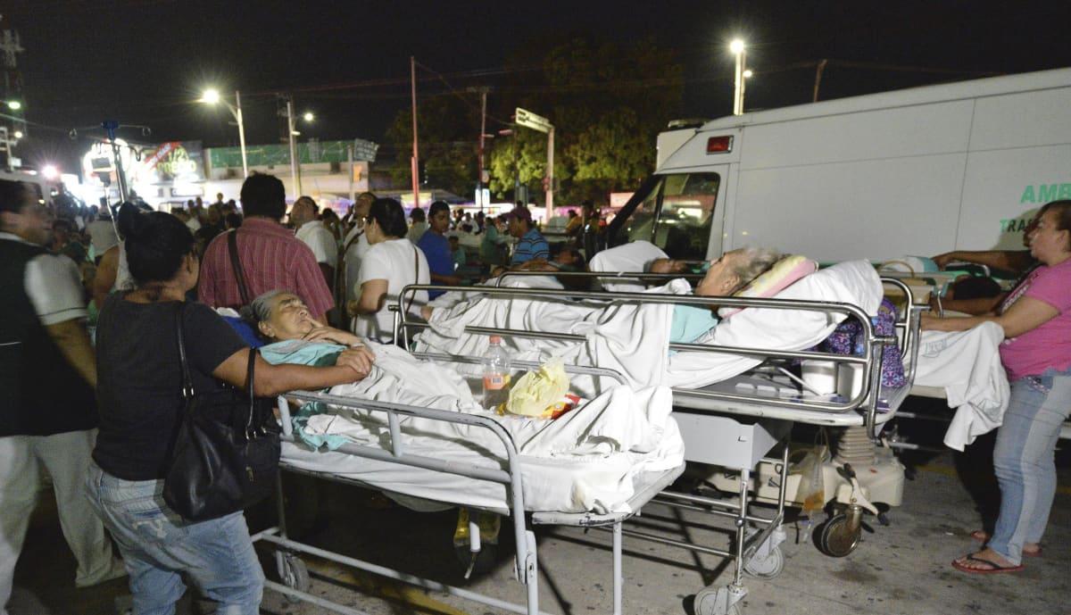Potilaita ja lääkäreitä taivasalla sairaalan pihalla maanjäristyksen aikana Villahermosassa, Meksikossa 8. syyskuuta.