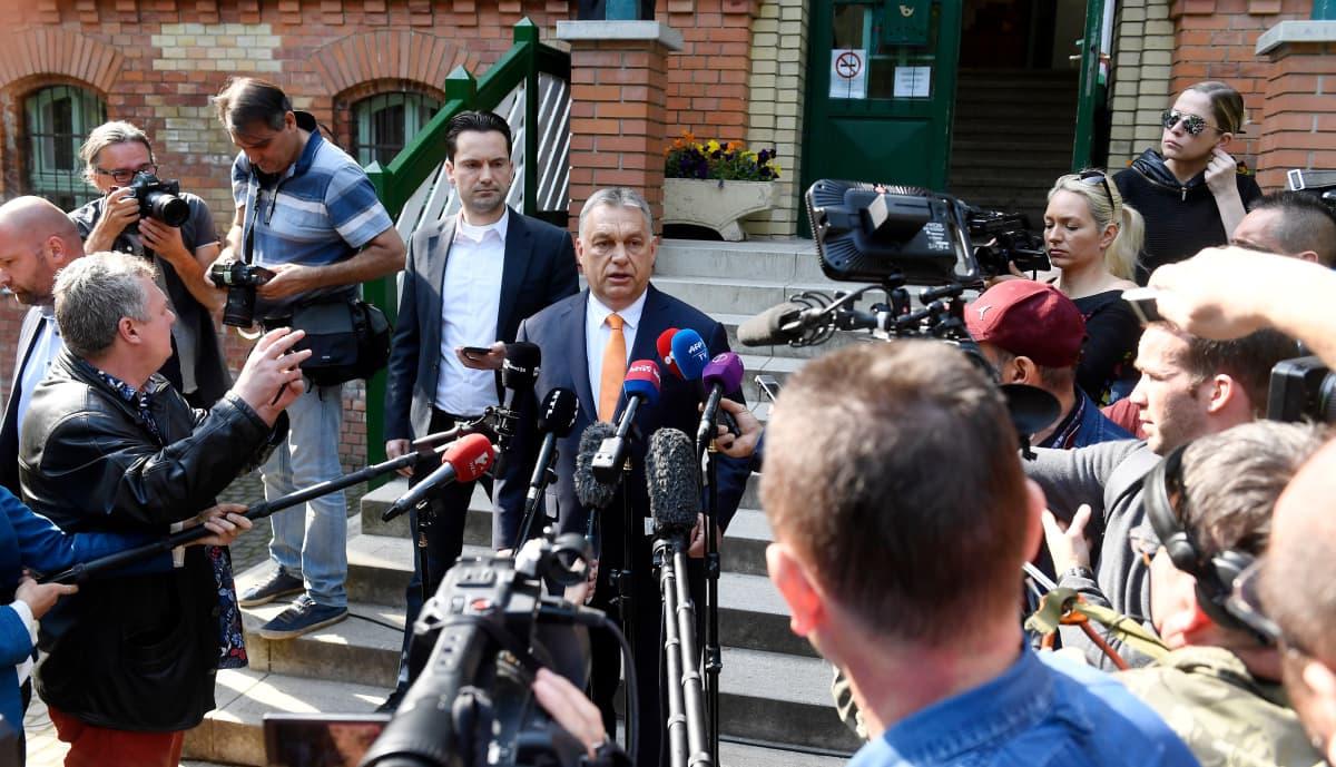 Unkarin pääministeri ViktorOrbán puhui lehdistölle sunnuntaina käytyään äänestämässä eurovaaleissa.