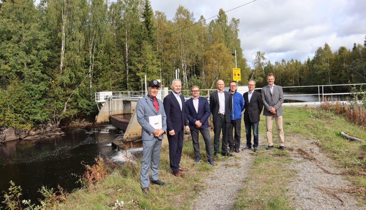 Pohjois-Karjalan Sähkön Louhikosken voimalaitoksen purkua valmisteleva hankeryhmä Saramojoella Nurmeksessa syyskuussa 2020.