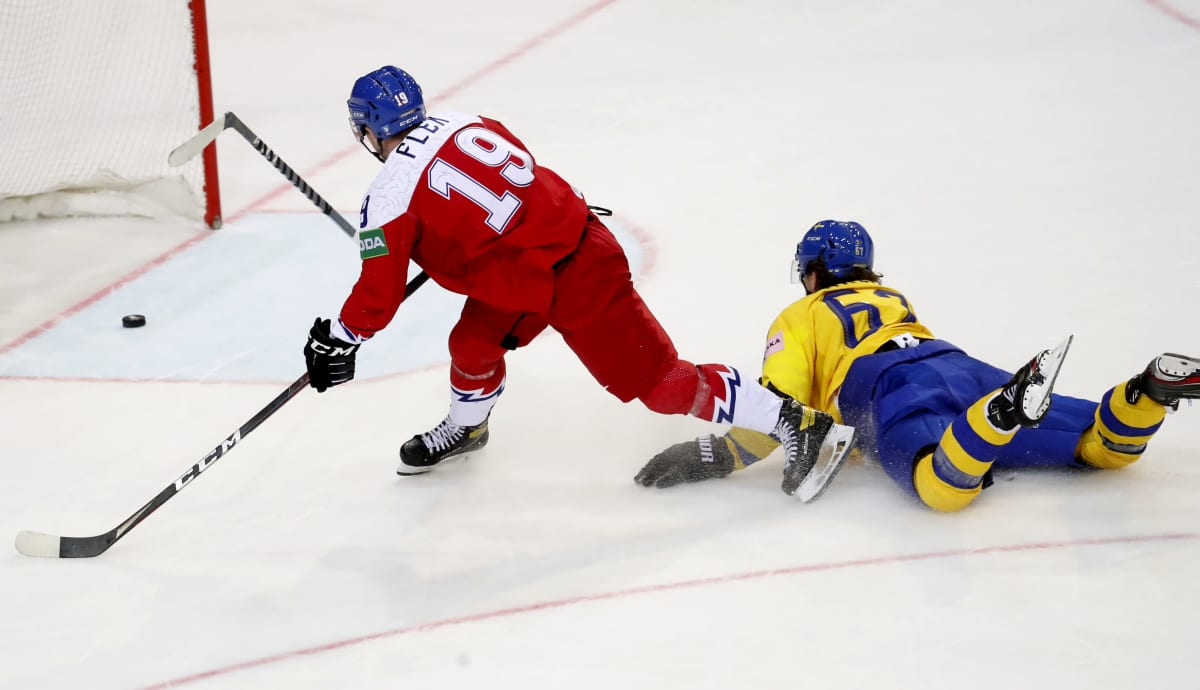 Tsekki tekee tyhjään maaliin maalin, ruotsalaispelaaja Rickard Rakell heittäytyy perään.