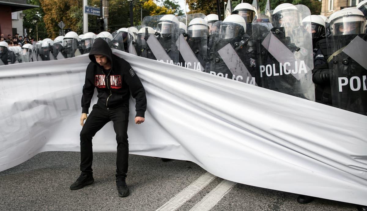 Pride-marssin vastustaja ja mellakkapoliiseja Puolan Lublinissa.
