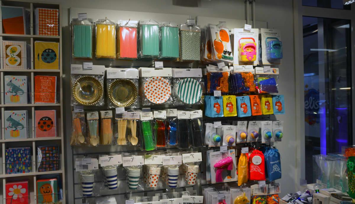 Kertakäyttöastioita ja piknikvarusteita myymälässä.