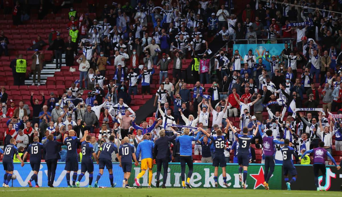Spelarna tackar de tillresta finländska fansen för stödet på Parken.