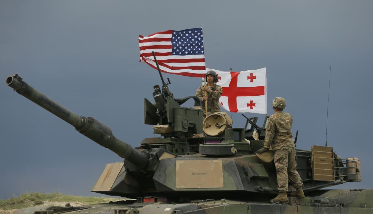Panssarivaunu Yhdysvaltojen ja Georgian lipuilla.