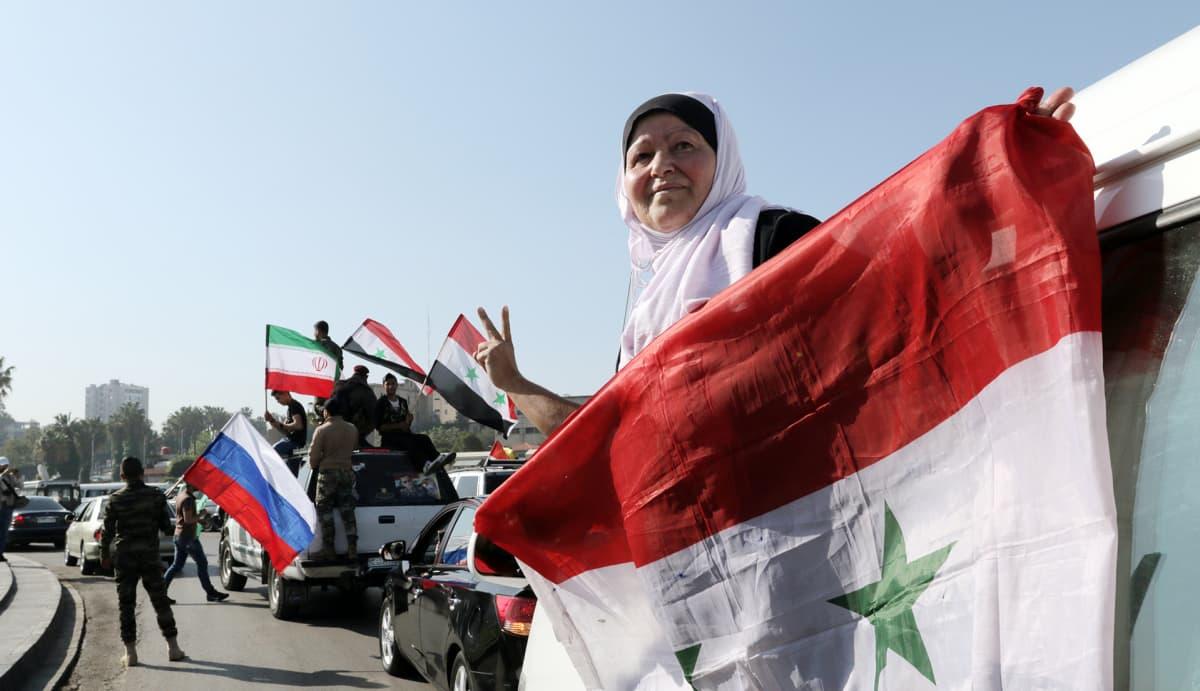 Syyrian hallituksen kannattajat kokoontuivat Umaijadin aukiolle Damaskoksessa lauantaina.