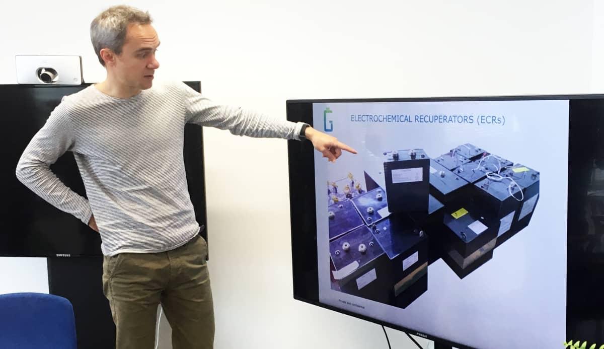 Geyser Batteriesin toimitusjohtaja Andrey Shigaev osoittaa televisioruudulla olevaa akun kuvaa.