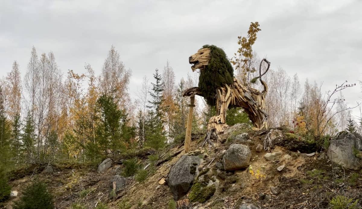 Suomen leijona - patsas kallionyppylällä