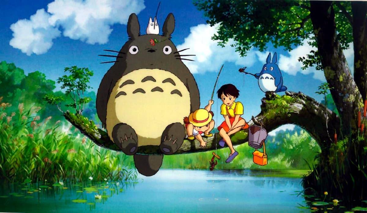 Hayao Miyazakin elokuva Naapurini Totoro. Totorohahmo ja elokuvan päähenkilöinä olevat lapset istuvat puun oksalla onkimassa.