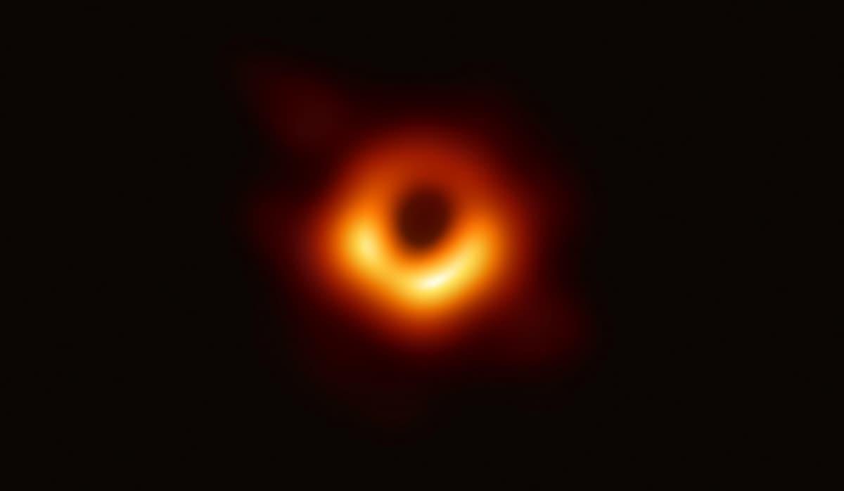 Punainen rengas mustan aukon ympärillä